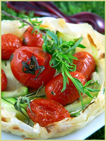 filo tartlets with zucchinis and oven roasted tomatoes tartelettes filo aux courgettes et. Black Bedroom Furniture Sets. Home Design Ideas
